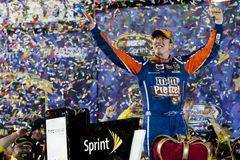 NASCAR : 30 avril Kyle Busch (18) Photographie stock