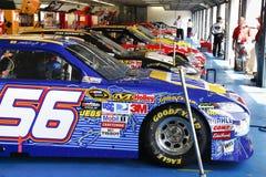 NASCAR - Attesa allineata nel garage Immagine Stock Libera da Diritti