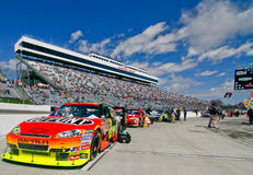 NASCAR - Automobili, ventilatori, basamenti, strada del pozzo Fotografia Stock Libera da Diritti