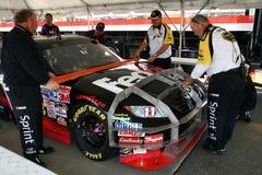 NASCAR - Beamte prüfen Autos unter Verwendung der Schablonen lizenzfreie stockfotografie