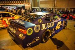 NASCAR-bilar i Las Vegas & frihet royaltyfri bild