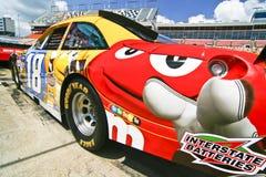 NASCAR - Coche de las personas de #18 M&M de Busch Imagenes de archivo