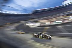 NASCAR: Corsa di notte della EKA di Bass Pro Shops del 18 agosto immagine stock