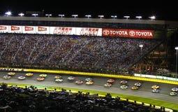 NASCAR die - zij aan zij beurtelings 2 rent Stock Foto