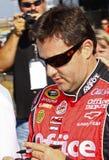 NASCAR - A estrela Tony Stewart assina autógrafos imagem de stock royalty free