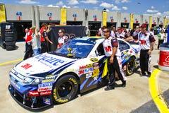 NASCAR - Examen que espera del coche de Biffle para Imagenes de archivo