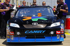NASCAR - Federal Express Camry de Denny Hamlin nos 600 Imagens de Stock Royalty Free