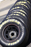 NASCAR - Goodyear, das Adler-Gummireifen-Stapel läuft Stockfoto