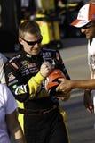 NASCAR - Jeff Burton undertecknar autografer för ventilatorer Arkivfoto