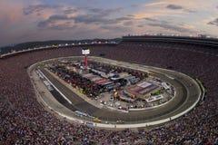 NASCAR : Le 27 août Irwin usine le chemin de nuit Photos libres de droits