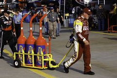 NASCAR - Miembro de equipo para el coche de #33 de Clint Bowyer imágenes de archivo libres de regalías