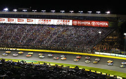 NASCAR - Parallelamente correre a loro volta 2 fotografia stock