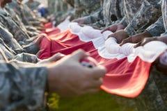 NASCAR: Soldati dell'11 settembre che tengono bandiera americana Fotografia Stock
