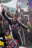 NASCAR Sprint ahuecan a Kevin Harvick en Victory Lane imágenes de archivo libres de regalías