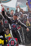 NASCAR sprintar koppen Kevin Harvick i Victory Lane Royaltyfria Bilder