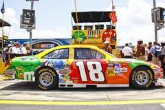 NASCAR - Toyota de #18 M&M de Busch Imagen de archivo libre de regalías