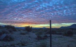 Nascer do sol épico do deserto com a cerca do barbwire no Arizona foto de stock royalty free