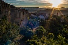 Nascer do sol acima da cidade velha de Motovun na Croácia imagens de stock