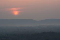 Nascer do sol acima da montanha, vista do parque nacional de Mae wong com rã e nuvem Fotos de Stock Royalty Free