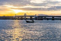 Nascer do sol acima da ponte do sarasin Conexão de ponte de Sarasin entre Phuket e Phang Nga, Tailândia foto de stock royalty free