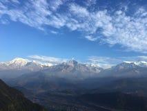 Nascer do sol acima das montanhas Himalaias - vista de Sarangkot, Nepal Imagens de Stock