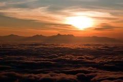 Nascer do sol acima das nuvens Fotografia de Stock Royalty Free