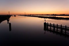 Nascer do sol acima de um rio holandês Fotos de Stock Royalty Free