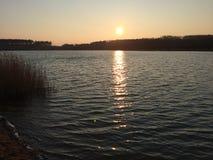 Nascer do sol acima do lago Imagem de Stock