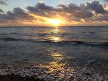 Nascer do sol acima do Oceano Pacífico - vista do parque da praia de Kapaa na ilha de Kauai, Havaí Imagens de Stock Royalty Free