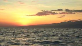 Nascer do sol acima do oceano visto do barco video estoque