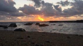 Nascer do sol acima do Oceano Pacífico visto da praia em Kapaa na ilha de Kauai, Havaí filme