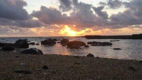 Nascer do sol acima do Oceano Pacífico visto da praia em Kapaa na ilha de Kauai, Havaí video estoque
