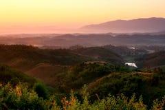 Nascer do sol agradável na manhã na montanha, Chiang Rai, Tailândia Fotografia de Stock Royalty Free