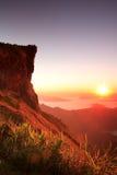 Nascer do sol agradável na manhã na montanha do fá do qui de Phu, Chiang Rai, Tailândia Imagem de Stock