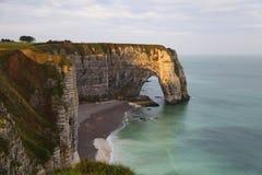 Nascer do sol alaranjado bonito em Etretat, Normandy, França Fotografia de Stock