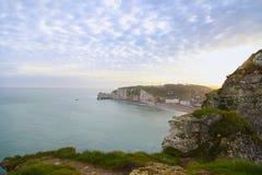 Nascer do sol alaranjado bonito em Etretat, Normandy, França Fotos de Stock