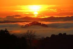 Nascer do sol alaranjado lindo na esteira de Trai, Dalat, Vietname imagem de stock