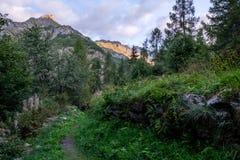 Nascer do sol ao caminhar no Vale de Aosta, Itália Imagem de Stock Royalty Free