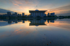 Nascer do sol atrás da mesquita de aço Fotografia de Stock