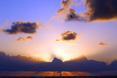 Nascer do sol atrás das nuvens Fotos de Stock