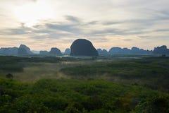 Nascer do sol atrás das nuvens sobre o Golfo da Tailândia imagem de stock royalty free