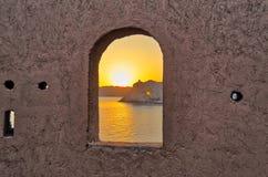 Nascer do sol através da janela Fotos de Stock