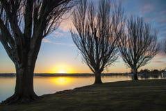 Nascer do sol através de um lago Imagem de Stock Royalty Free