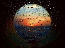 Nascer do sol através do iluminador com gotas da água e do sal Imagem de Stock Royalty Free
