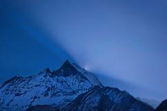 Nascer do sol azul nos Himalayas. Foto de Stock