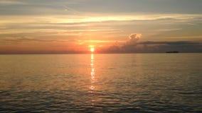 Nascer do sol bonito acima de Oceano Atlântico filme