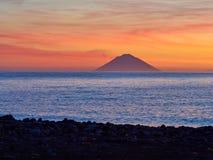 Nascer do sol bonito com a ilha de Stromboli vista da ilha do Salina nas ilhas eólias, Sicília, Itália imagem de stock