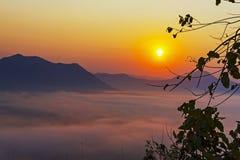 Nascer do sol bonito com luz do ouro na manhã Foto de Stock Royalty Free