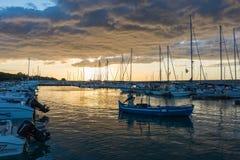 Nascer do sol bonito com nuvens de ameaça e um sol vermelho Foto de Stock