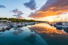 Nascer do sol bonito com nuvens de ameaça e um sol vermelho Fotos de Stock Royalty Free